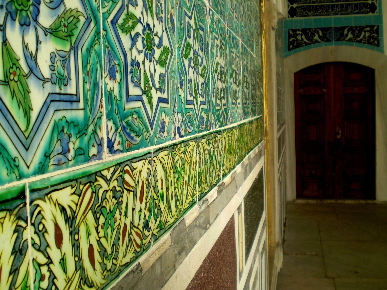 Ściany komnat pokryte kolorowymi kaflami