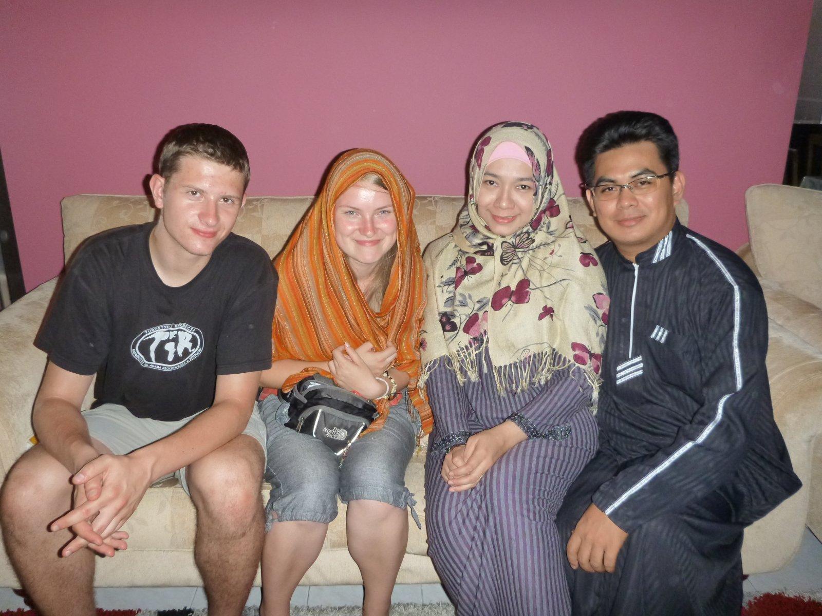 Wojtek i Karolina z malezyjskimi znajomymi Bluesky Travel