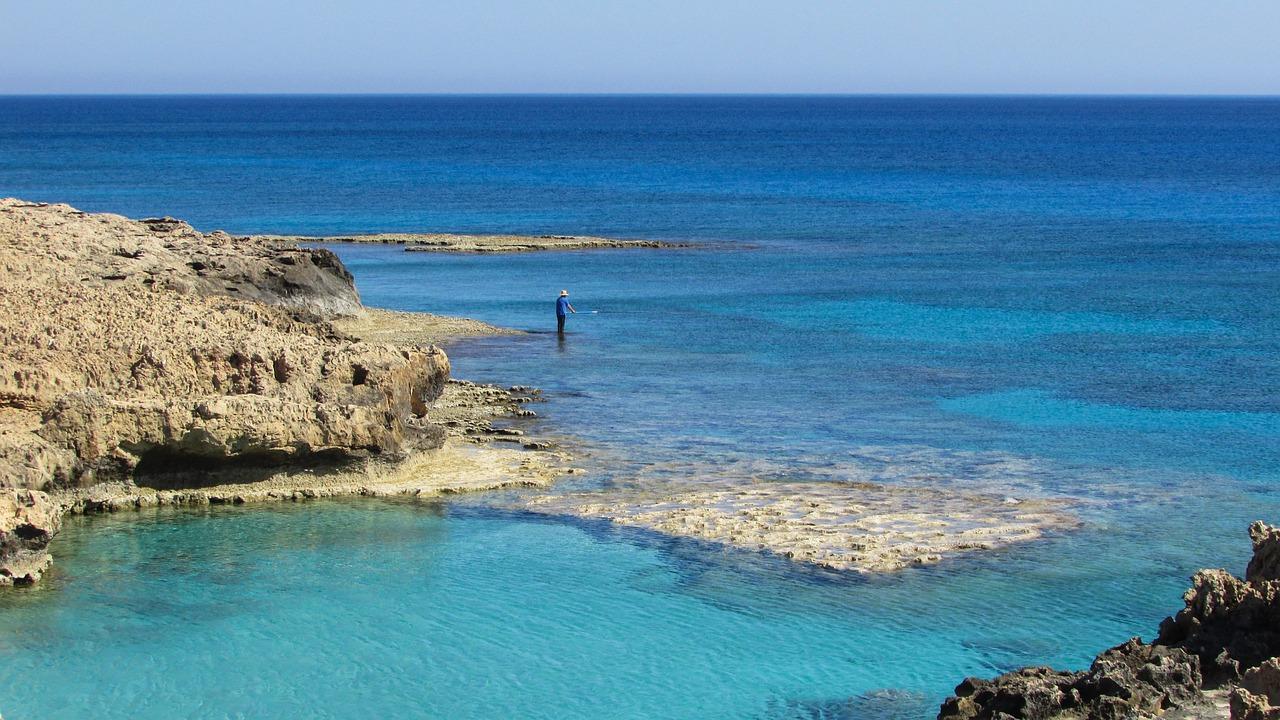 Skaliste wybrzeże Ayia Napa – w tych wodach można dostrzec morskiego potwora fot. https://pixabay.com/pl/cypr-ayia-napa-skaliste-wybrzeże-1339866/ CC0 Public Domain