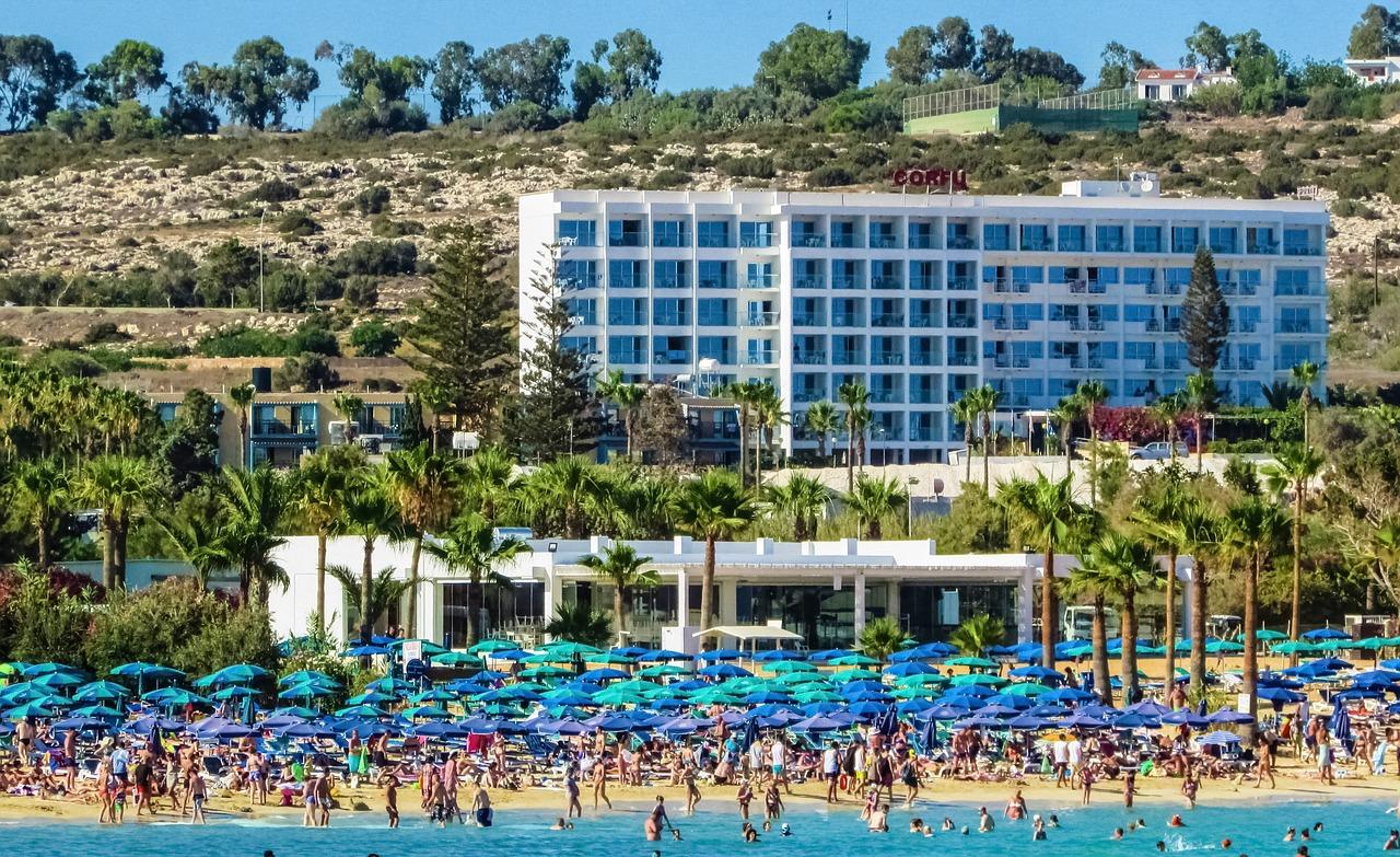 Zwiedzaj Cypr poza głównym sezonem – zapomnij o tłumach fot. https://pixabay.com/pl/turystyka-masowa-hotel-ogródek-1467268/ CC0 Public Domain
