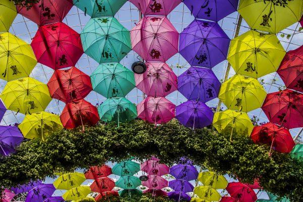 ulica parasoli w Dubaju