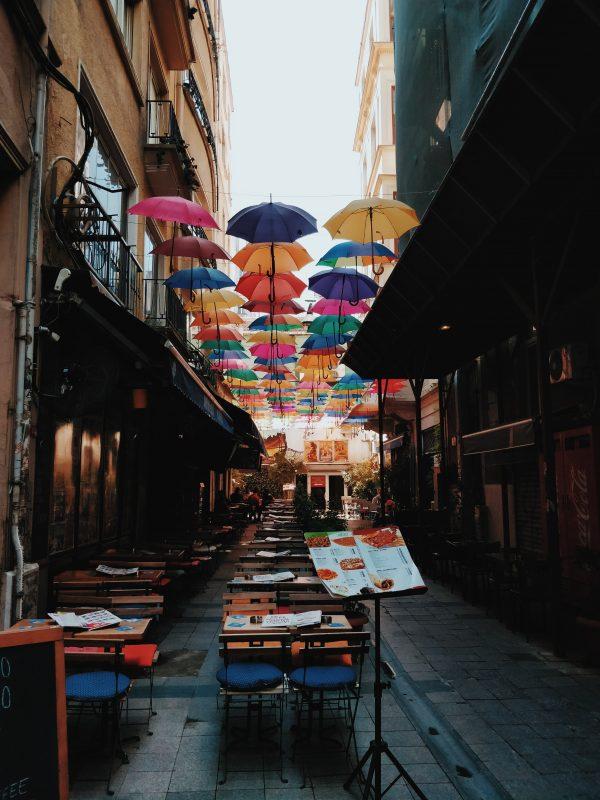 ulica parasoli w Stambule