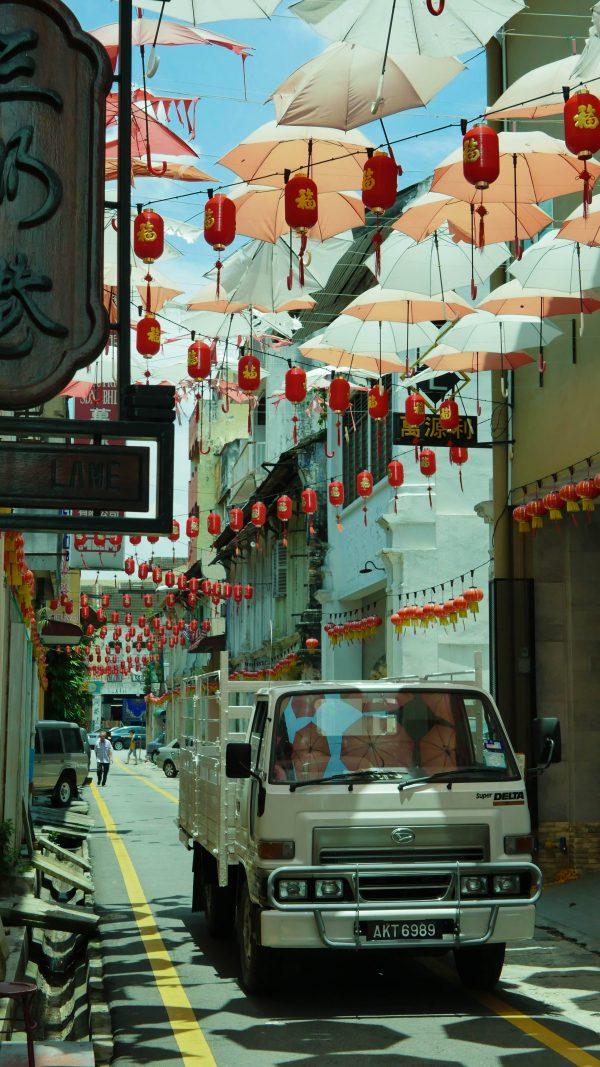 ulica parasoli w Malezji